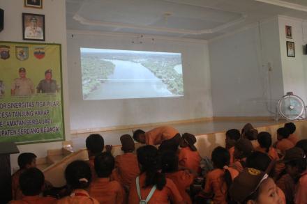 Desa Tanjung Harap Putar Film Selembar Itu Berarti